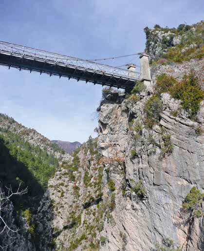 Eine Felswand mit schwebender Hängebrücke